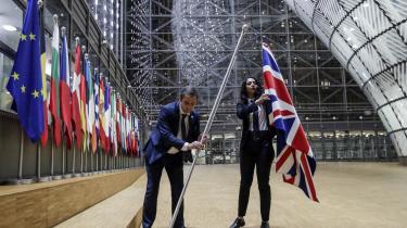 For de britiske højrepopulister er det ikke godt nok, at Storbritannien har forladt EU. De helmer ikke, før alle spor af det multietniske globaliserede samfund er visket ud, skriver dagens kronikør. På billedet fjernes det britiske flag fra Det Europæiske Råds bygninger i Bruxelles på dagen for Brexit.