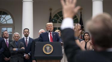 Præsident Trump forsøger at genoprette den folkelige tillid efter at have vakt vrede og bekymring i vide kredse med konfuse, bagatelliserende og afvisende udtalelser i offentligheden om udbruddet af Covid-19 i USA.