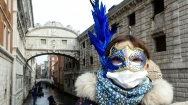 Turist med mundbind og maske i Venedig 24. februar.