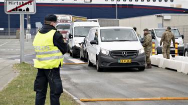 Politi og forsvar modtager færge fra Norge i Hirtshals. Grænselukningen trådte i kraft lørdag og indebærer, at alle udenlandske statsborgere bliver nægtet indrejse, medmindre de har et »anerkendelsesværdigt formål«.