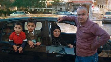 Engang var lægeparret Rana og hendes mand, Muhkle, og drengene Nidal og Jad en almindelig middelklassefamilie i Aleppo i Syrien. Nu bor de i tre lande, og filmen 'En splittet familie' viser med en stille styrke overbevisende, hvor opslidende det er for dem alle.