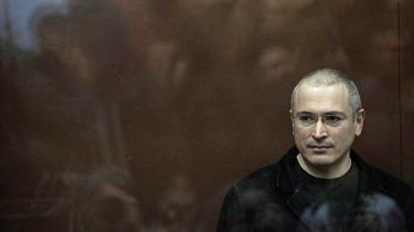 Den reformerede russiske oligark Mikhail Khodorkovskij kæmper i dag for et demokratisk Rusland fra sit eksil i London. Alex Gibney tegner et tvetydigt portræt af dissidenten.