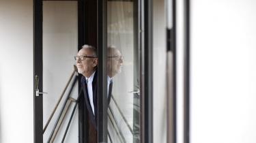 Mange ældre, kronisk syge og andre særligt udsatte danskere søger i isolation for at undgå at blive smittet med coronavirus. Bag ruderne kan de kigge ud på et Danmark, der er lukket delvist ned – blandt andet for at beskytte dem