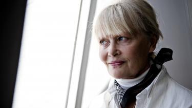 Vibeke Grønfeldt har utvivlsomt moret sig, mens hun holdt romanens fortæller, Elvira, ud i arms længde og tillod hende at lade galden flyde frit.
