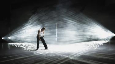 I filmens smukke dansescener ser man, hvor meget mening fortabelsen og selvforglemmelsen giver for hovedpersonen Lasse. Både når dansen er en måde at tjekke ud af en helt kokset fest, og når han står superdisciplineret og øver en koreografi, han skal optræde med til en eller anden koncert. Og det gælder især i den vignetlignende scene, hvor han bare står for sig selv i en tom hal med koldt lys og stepper derudad.