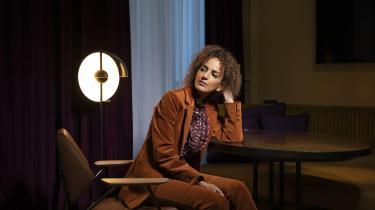 Leïla Slimani (f. 1981) er marokkaner, skriver på fransk og bor i Paris. Slimanis anmelderroste gennembrudsroman, thrilleren Vuggesang, udkom i 2016 (to år efter Adèle) og beskrev en barnepige, der dræber sine arbejdsgiveres to børn.