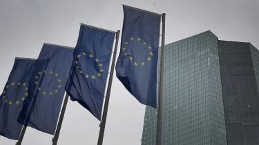 Onsdag anmodede ni sydeuropæiske lande, herunder Italien, Frankrig, Grækenland og Spanien om, at der indføres corona-bonds– en slags fælleseuropæiske obligationer. Det ville åbne for den hidtil forbudte fælleseuropæiske hæfte for gæld, som Tyskland, Holland og Finland er stærke modstandere af.