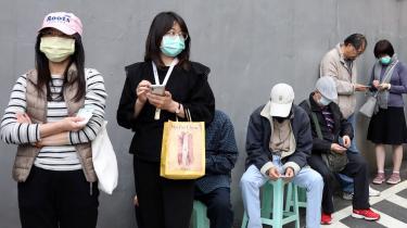 Taiwan er blandt de lande, der har haft stort held med at føre en aggressiv inddæmningsstrategi for at lukke ned for COVID-19 og isolere smittede eller potentielt smittede personer hurtigst muligt. Det var også det første land til at kombinere overvågning og mobilteknologi i kampen mod coronavirussen, blandt andet holder myndighederne øje med, hvor folk befinder sig ved hjælp af mobiltelefonen.