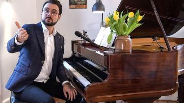 'Phillip Faber sidder foran et smukt, brunt flygel prydet med en vase med forårsgule tulipaner. Det er lige den slags, vi trænger til,' skriver Mikkel Juul Krongaard om Phillip Fabers morgensang på DR1.