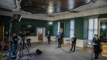 Finansminister Nicolai Wammen (S) (nummer to fra venstre) præsenterede på et pressemøde torsdag, at kommuner kan fremrykke anlægs- og renoveringsprojekter, som ellers ikke kunne lade sig gøre på grund af det fastsatte loft på kommunale anlægsudgifter.
