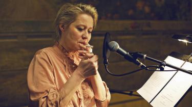 En stor del af AKT1's hørespil er i den eksperimenterende ende af fortælleskalaen, men når det kommer til hjemmelytningen, er Informations teateranmelder mest til en mere klassisk storytelling. En fremadskridende handling eller et kort indblik i menneskers liv – som for eksempel Josefine Klougarts 'Besøg', hvor Trine Dyrholm – her fotograferet ved lydprøverne til hørespillet – kommer på uanmeldt besøg hos Lærke Schjærff Engelbrecht.