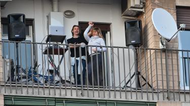 Coronakrisen mobiliserer nye erfaringer med fællesskabet, som her den italienske sangbevægelse Una canzone per Italia-deltagere på en balkon i Rom. Men det kunne den italienske filosof Roberto Esposito ikke vide, da han skrev sin bog.