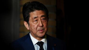 I den konservative og revisionistiske lejr finder man premierminister Shinzo Abe. Han er blandt de fremmeste fortalere for at ændre den japanske forfatning, så Japan kan styrke sit militær og indtage et mere ligeværdigt forhold i alliancen med USA.