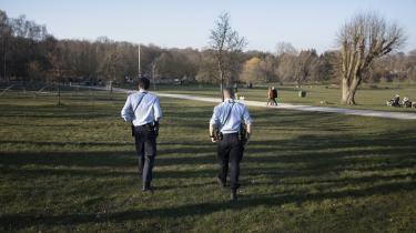 Det giver en bøde på 1.500 kroner at samles mere end ti personer for tiden, men bødeblokken blev i lommen, da betjentene Martin og Peter var på patrulje i Aarhus en solrig fredag. Betjentene mener, at borgerne har lyttet til dronningens formaninger.