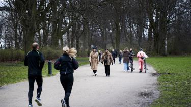 Københavnere går og løber tur i Fælledparken for at få luft under coronakrisen. 'Nu kan vi ved selvsyn se, at byen mangler frie, grønne arealer. Det tydeliggør hykleriet i det, overborgmesteren og et flertal i Borgerrepræsentationen melder ud i blandt andet den nys vedtagne kommuneplan: »København er en grøn by«,' skriver Kaj Thelander Jessen i denne kommentar.