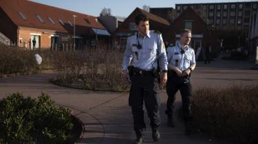 To betjente på patrulje denne weekend for at se, om danskerne overholder forbuddet mod at samles mere end ti personer. Nu vil regeringen have mulighed for at sætte grænsen ved bare to personer, men det er der ikke sundhedsfagligt belæg for, vurderer Sundhedsstyrelsen.