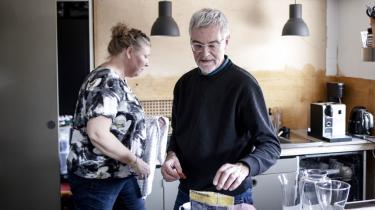 Janek og Susanne Palsbo bor i Helsingør. De har tre børn, og en enkelt hjemmeboende. Janek er blevet afskediget som optiker, og Susannes høreklinik er lukket som følge af coronakrisen. Her ses de i deres køkken, somde er igang med at renovere.