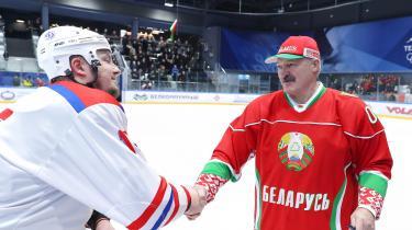Hvideruslands diktator, Aleksandr Lukasjenko, giver hånd – på trods af coronakrisen – efter en venskabshockeykamp i Minsk.