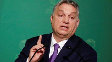 Viktor Orbán har brugt coronakrisen til at skabe et mere og mere autoritært regime. EU bør derfor efter krisen sanktionere Ungarn. Det skriver Rune Lykkeberg i denne leder.
