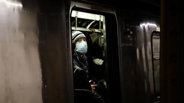 En mand kører i New Yorks subway iført ansigtsmaske. Ligesom man har set det før gennem historien, så er der også i forbindelse med denne epidemi registreret hadforbrydelser rettet mod bestemte etniciteter.