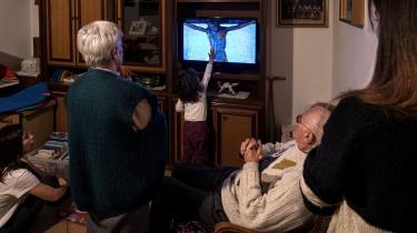 Årsagen til, at Italien er særligt hårdt ramt af coronavirus er blandt andet, at familier er meget tætte i Italien. De ældre er meget sammen med de yngre. »Det er charmerende, men udgør en risiko,« siger virologen Roberto Burioni.