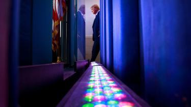 USA's præsident Donald Trump på vej til et pressemøde om coronavirussen – som han til at starte med afviste som fake news. En ny tysk antologi belyser fra en række forskellige fagfelter to spørgsmål, der hører til de mest centrale i debatten om fake news: Hvordan vores erkendelse af virkeligheden er stykket sammen og er påvirket af vores egne sympatier, og hvad dette betyder for vores væren i den.