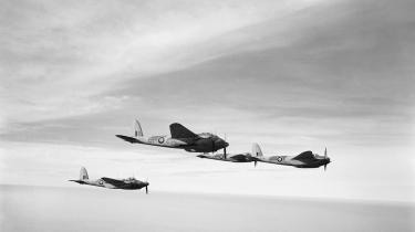Mosquito-bomberen fór med mindst 500 km i timen og i lavest mulig højde mod Shellhuset og fuldførte minutiøst sit pin point low raid. Billedet er fra bogen 'Bombemål Shellhuset – og katastrofen ved Den franske skole'. Foto: Imperial War Museum