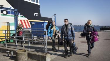 Morten Schjøtt (nummer to fra venstre) kan godt forstå, at nogle beboere på Ærø er bekymrede for smitte, men debatten er nogle gange også 'virkelig vanvittig', siger han. Morten Schjøtt og hans kone og deres venner skal på vandretur, og det eneste sted, de kommer tæt på øboerne, er i bussen og i Netto.