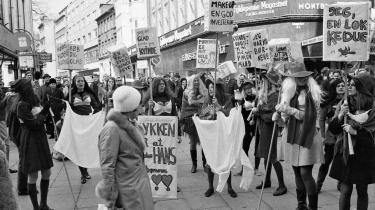 Karen Syberg var en af de 12 kvinder, som den 8. april 1970 gik op ad Strøget i København, iført parykker, kunstige patter, sorte netstrømper og røde hatte i protest mod datidens kvinderolle.
