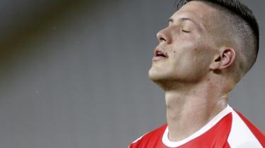 De serbiske myndigheder har ikke den store respekt for Luka Jović's verdensmandsmanerer: Overholder han ikke karantænebestemmelserne, ryger han ind og ruske tremmer ligesom alle andre.