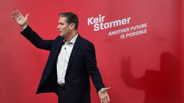 Det er en betragtelig opgave, Keir Starmer står over for. Labour fik sit dårligste valgresultat siden 1935 ved valget i december, og en ny meningsmåling viser historisk stor tilslutning til Boris Johnsons regering. Men den endelige dom over den konservative regerings håndtering af coronakrisen vil få stor indflydelse for Keir Starmers mulighed for at få sat sig selv i scene og opbygge en effektiv opposition, der kan appellere bredt til briterne.