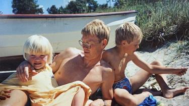 Jesper Bennike tager sol bag en jolle på Strib Strand på Fyn i juni 1994 sammen med sine børn, Marie og Christian. Han er 42 år på billedet. Han blev 58 år gammel.