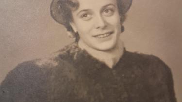 Kitte Møller blev født i 1928 uden for ægteskab. Hun var barn under krigen, hvor hun samlede fyrrekogler for at varme huset op, og hun blev voksen i velfærdsamfundet, hvor hun stiftede familie og købte hus med centralvarme