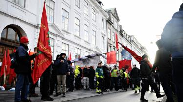 Dansk Byggeri og 3F Byggegruppen forhandlede i marts overenskomst i byggeriet som en del af de private overenskomstsforhandlinger 2020. Demonstranter var mødt op foran forligsinstitutionen på Sankt Annæ Plads i København for at vise deres opbakning til forhandlerne fra 3F Byggegruppen.