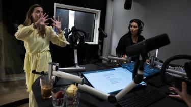 Det er Loud's erklærede mål at være en kanal, hvor »unge vil kunne genkende sig selv, deres værdier, livserfaringer og hverdag«. Informations kulturanmelder har ladet dette komme an på en prøve. På billedet ses direktør for kanalen, Ann Lykke Davidsen, og Becca Reyes i studiet på Radio Loud.