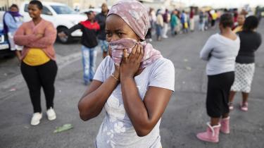 Sydafrika er hårdt ramt af coronavirussen, og i kølvandet på virussen og den økonomiske usikkerhed, den medfører, breder der sig fattigdomsrelateret stress og angst, som bidrager direkte til en stigning i vold mod kvinder og børn.