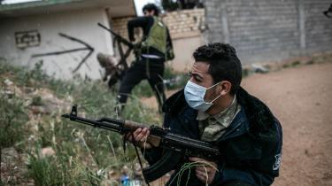 En pro-GNA soldatbærer en maske for at beskytte sig mod coronavirus, mens han deltager i kampe udkæmpet nær Tripoli, Libyen.