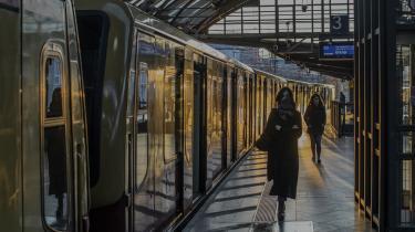 En udsædvanlig tom togstation i Berlin under den huserende coronaepidemi. Hvis den europæiske økonomi skal nå i mål efter krisen må Europas Green Deal laves om til en europæisk Green New Deal med en social, miljømæssig og demokratisk dimension.