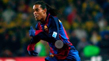 Verdens bedste fodboldspiller anno 2005, brasilianske Ronaldinho, sidder i husarrest i Paraguay efter at have rejst ind i landet under falsk pas. Men selv om skandalerne de senere år har klæbet sig til den pensionerede boldkunstner, hyldes han stadig som en af de mest gudsbenådede spillere, verden har set