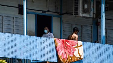 Fra starten af april begyndte smitten at sprede sig i adskillige sovesale for migrantarbejdere, og dem er der mange af i Singapore – sammenlagt næsten en million. De udgør arbejdsstyrken på byggepladser og i industrizoner. De passer børn, laver mad og gør rent.