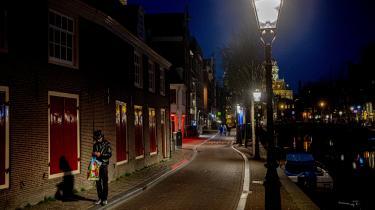 Coronakrisen har lagt Amsterdams berømte red-light district næsten øde.