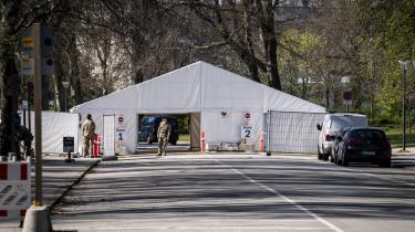 Myndighederne har slået et telt op i Fælledparken i København. Tirsdag kom det frem, at de hvide telte, der er opstillet rundtomkring i landet skal bruges til op til 20.000 daglige test af danskerne. Her skal både foretages virustest for at se, hvor mange der er smittet, og antistoftest for at afgøre, hvem der har haft corona.