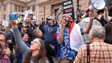 De Tea Party-inspirerede demonstrationer virker for det meste spontane og motiveret af folks indestængte frustration over at være berøvet deres bevægelsesfrihed og noget så banalt som at gå til frisør, mener Deana Rohlinger, professor i sociologi på Florida State University.