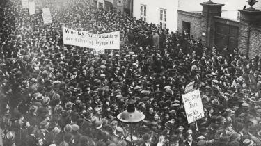 Underden spanske syge og1. verdenskrig led den danske arbejderklasse under dårlige lønninger, rationeringer og bolignød. Revolutionære kræfter satte i 1918 kursen mod kapitalismens højborg - Børsen i København - og startede voldelige optøjer.