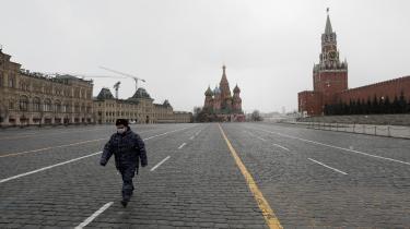 Den Røde Plads ligger øde hen under nedlukningen af Moskva, og præsident Putin har gjort sig nærmest usynlig og har overladt krisehåndteringen til de russiske regioner. Og nu prøver »myndigheder på alle niveauer at opfinde nye normer, fordi de ikke officielt ønsker at tage ansvar eller handle på en måde, som Putin ikke kan lide, og som kan have retlige konsekvenser«, mener Tatjana Stanovaja fratænketanken Carnegie.