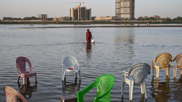 En kvinde går i det lave vand, hvor Den Blå Nil og Den Hvide Nil løber sammen i Sudans hovedstad, Khartoum, og bliver til Nilen. Etiopiens byggeri af den gigantiske GERD-dæmning ved Den Blå Nil og frygten for konsekvenserne har skabt bitter strid mellem især Etiopien og Egypten, mens Sudan prøver at holde balancen mellem de to.
