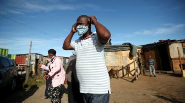 En frivillig gør sig klar til at uddele mad i et slumkvarter i Sydafrika, hvor indbyggerne ikke må forlade deres hjem. Men de retningslinjer, der virker logiske i europæiske lande, giver ikke mening i afrikanske lande med udbredt fattigdom, hvor de blot vil medføre yderligere forarmelse og sult eller decideret hungernød, skriver Bernhard Bierlich i denne kommentar.