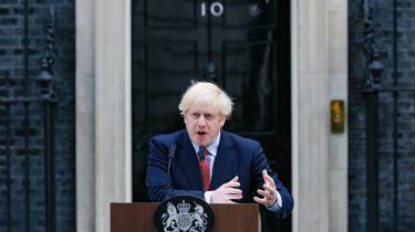 Premierminister Boris Johnson holdtemandag en kort tale til nationen stående foran 10 Downing Street.