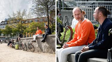 Fotografi kan give illusionen af, at mennesker sidder tættere, end de egentlig gør. Fotograf Philip Davali demonstrer her, hvordan et vidvinkelobjektiv og et teleobjektiv samt forskellige vinkler kan give vidt forskellige indtryk af afstand mellem mennesker. Myndigheder og beslutningstagere har ved flere lejligheder forholdt sig kritisk til borgernes adfærd med reference til fotografier. Her er det to mænd, der er fotograferet ved Dronning Louises Bro i København.