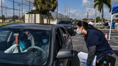I Florida holder amerikanere, der har mistet deres jeres job under coronakrisen, i kø for at få udleveret ledighedserklæringer.